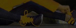 Joggerin zieht sich Schuhe an - Hintergrundbild News