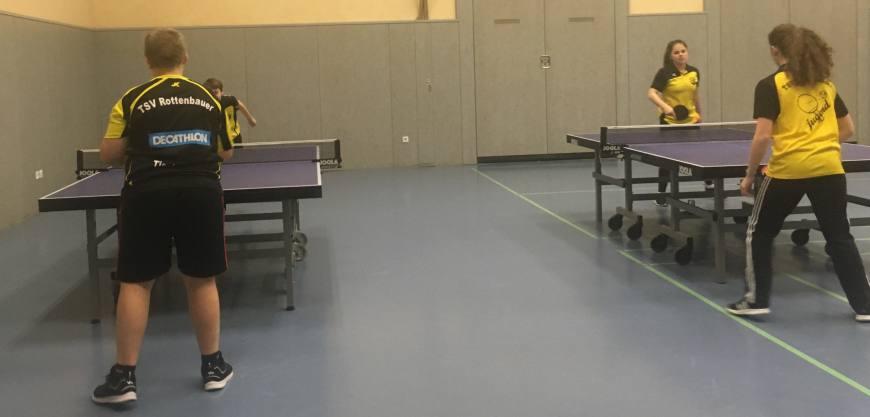 Tischtennis 2. Jugend Mannschaft beim Aufwärmtraining vor dem Spiel gegen Ochsenfurt