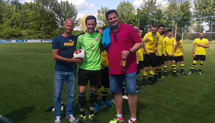 Vorstandsvorsitzender Andreas Förster, Marvin Nicklas und Fußballabteilungsleiter Matthias Purucker