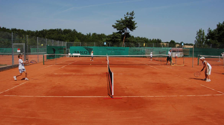 Kinder spielen Tennis beim TSV Rottenbauer