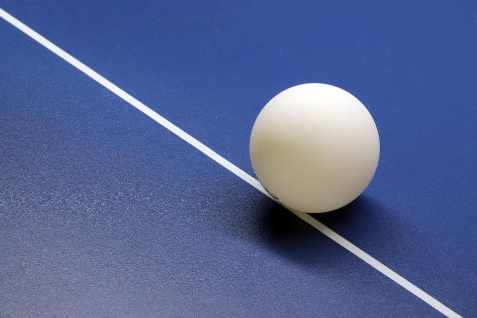 Tischtennisball auf Tischtennisplatte